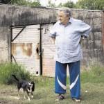 Pepe Mujica devant sa maison